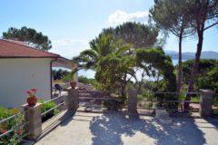 Cielo | Terrassensicht vom Parkbereich | Ferienwohnung Elba am Meer